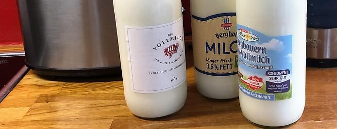 Mehrwegflaschen mit Milch von verschiedenen Herstellern