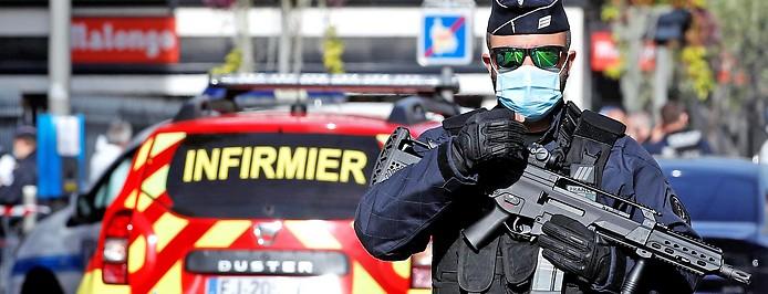 Schwer bewaffneter Polizist in Nizza (Frankreich)