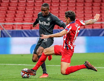 Bild zeigt Zweikamof zwischen RedBull Salzburg Spieler Enock Mwepu und Stefan Savic von Atletico.