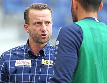 WAC-Trainer Ferdinand Feldhofer im Gespräch mit einem Spieler
