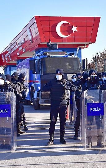 Polizei vor dem Gerichtsgebäude in Ankara