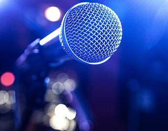 Mikrofon auf leerer Bühne