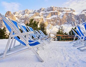 Leere Liegestühle in den italienischen Dolomiten