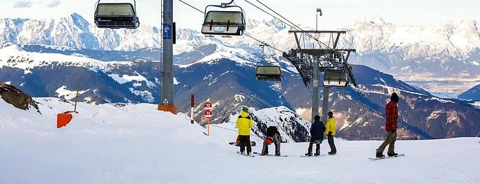 Skifahrer neben einer Liftanlage