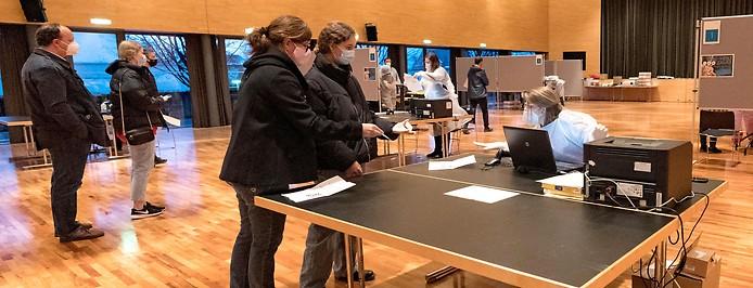 Zwei Frauen registrieren sich in der Teststation im Veranstaltungshaus Cubus in Wolfurt