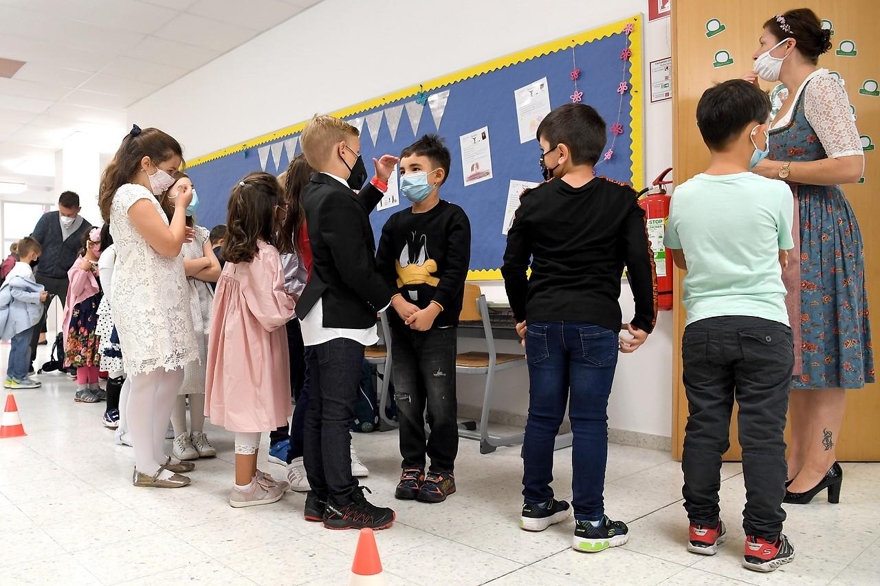 Schüler mit Mund-Nasenschutz
