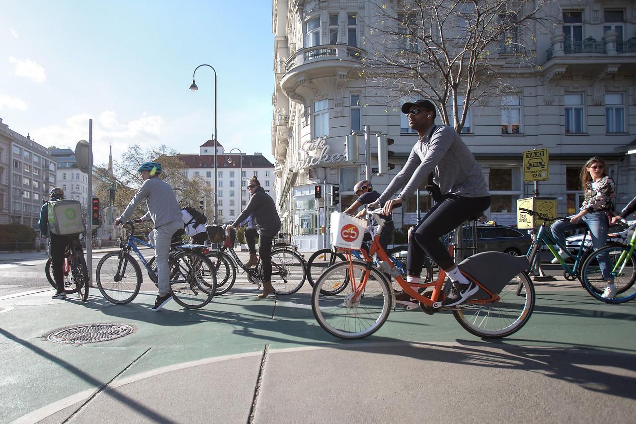 Mehrere Radfahrer an einer Kreuzung in Wien