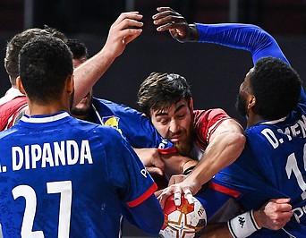 Österreich Spieler Boris Zivkovic im Kampf um den Ball.