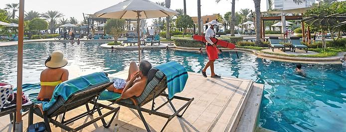 Touristen an einem Hotelpool in Dubai (Vereinigte Arabische Emirate)