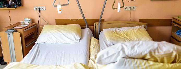 Zwei Betten in einem Pflegeheim