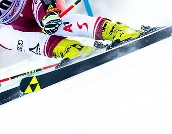 Beine einer Skifahrerin