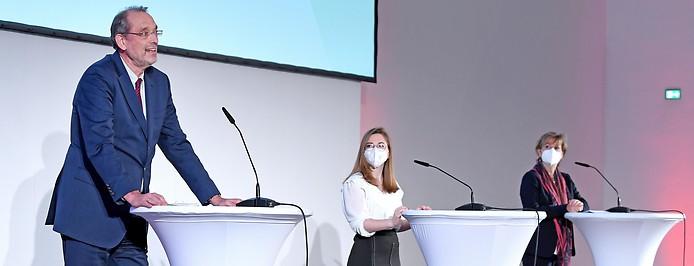 Bildungsminister Heinz Faßmann (ÖVP), Bundesschulsprecherin Alexandra Bosek und Schulleiterin Irene Ille