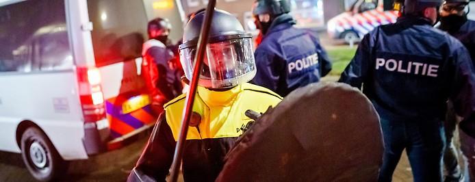Polizisten in schwerer Schutzausrüstung in Rotterdam