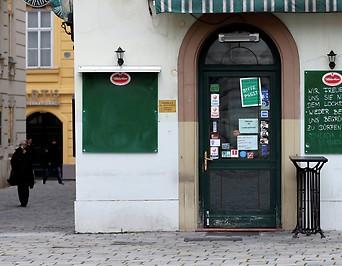 Bild zeigt ein geschlossenes Restaurant in Wien.