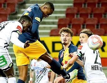 Enock Mwepu (Salzburg) schießt ein Kopfballtor gegen Sturm Graz