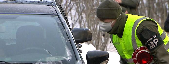 Fahrzeugkontrolle durh die Militärpolizei