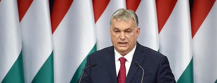 Ungarns Premier Viktor Orban vor ungarischen Fahnen