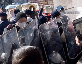 Poliziste bei einer Kundgebung gegen die Covid-19-Maßnahmen