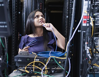 Frau in einem Serverraum