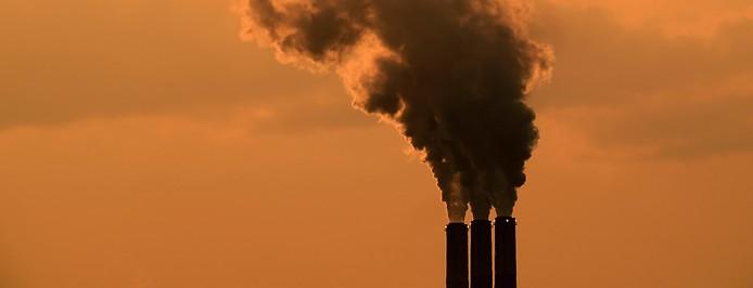 Rauch steigt aus einem Kohlekraftwerk auf.