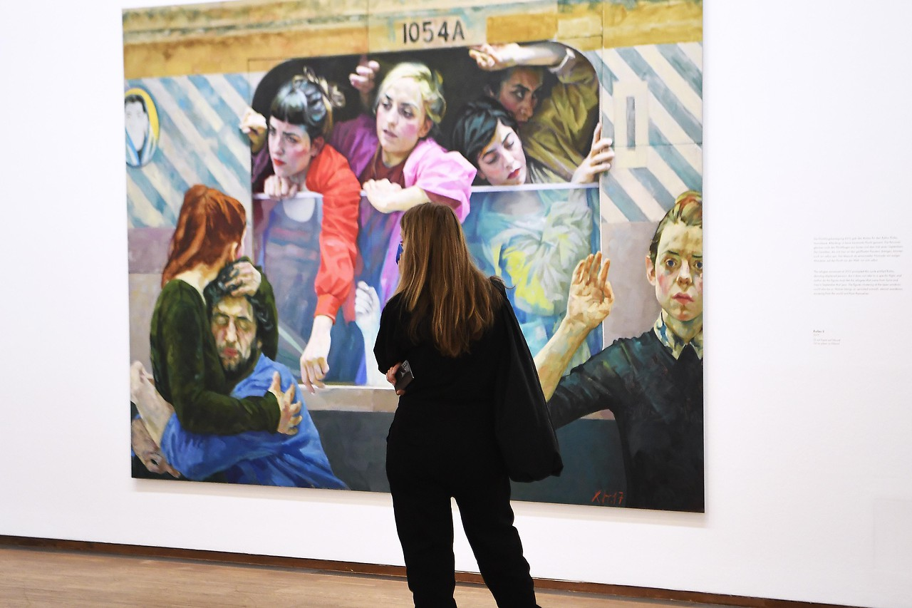 Eine Frau blickt auf das Werk  Exiles 3 (2017) der Ausstellung