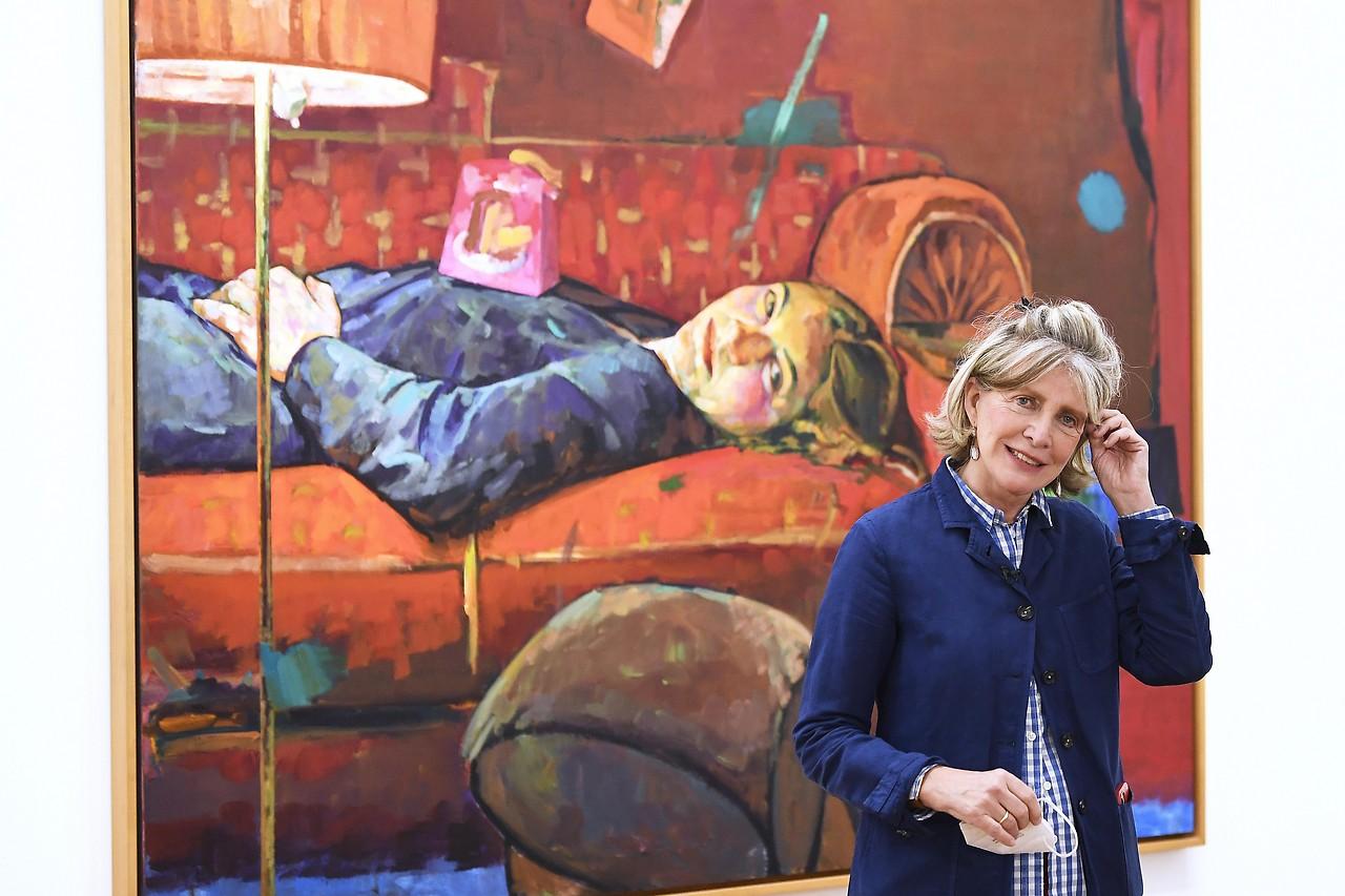 Die Malerin Xenia Hausner vor einem ihrer Bilder