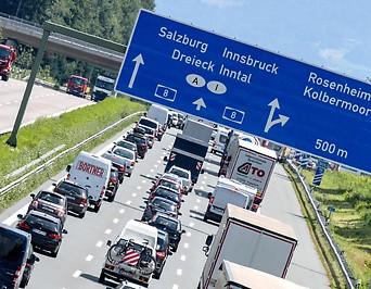 Autos in der Nähe der deutsch-österreichischen Grenze