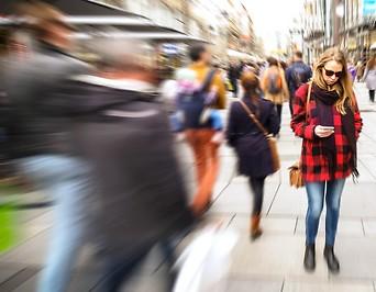 Menschen in Einkaufsstraße