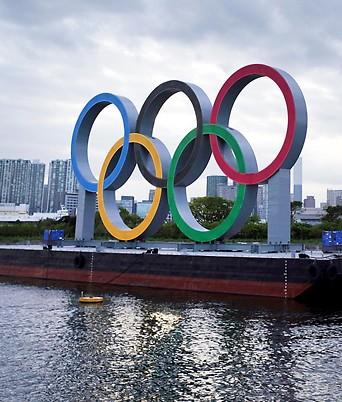 Olympische Ringe vor der Skyline von Tokio