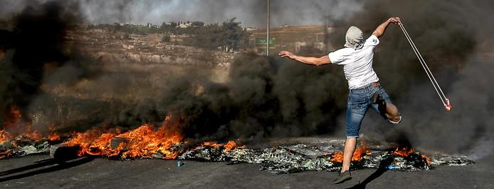 Demonstrant mit einer Steinschleuder