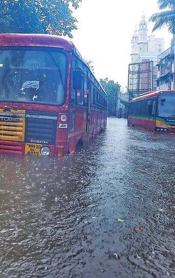 Auf überschwemmter Straße gestrandete Busse in Mumbai (Indien)