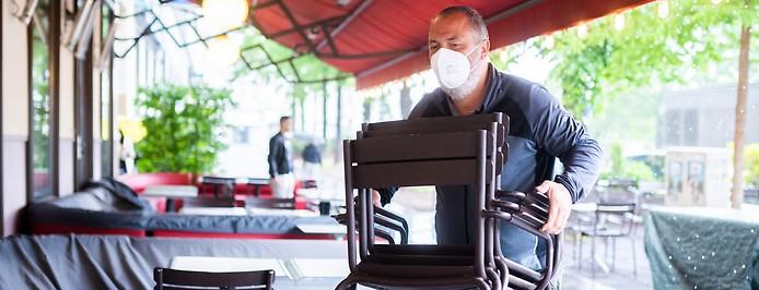 Vorbereitungen in einem Cafe vor der Öffnung