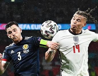Andrew Robertson (Schottland) gegen Kalvin Phillips (England)