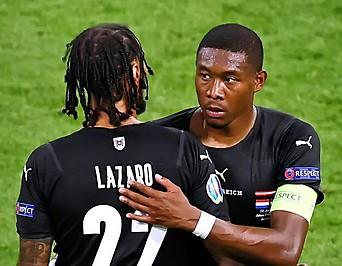 David Alaba umarmt Valentino Lazaro (beide ÖFB)