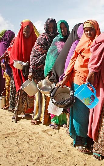 Frauen, die vor der Dürre in ihrem Zuhause geflüchtet sind, in einem Flüchtlingslager in Somalie