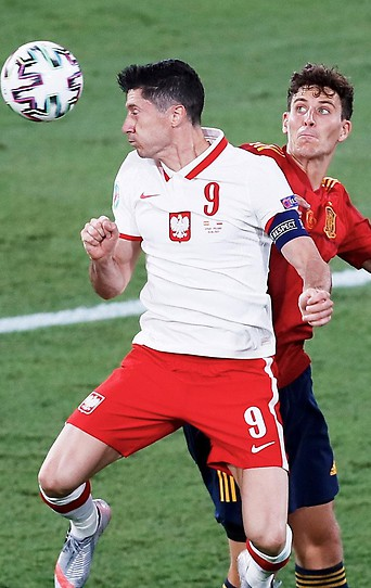 Robert Lewandowski (Polen) gegen Pau Torres (Spanien)