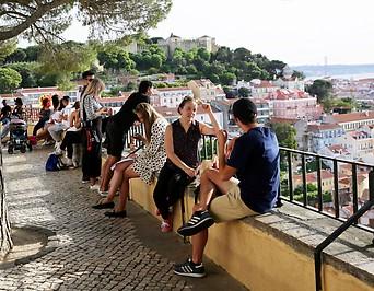 Menschen genießen in der Lissabonner Altstadt das schöne Wetter
