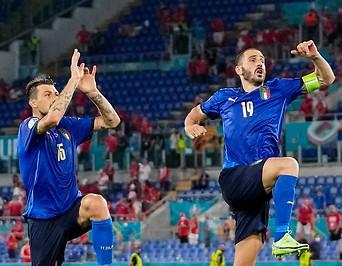 Bild zeigt jubelnde Italiener.