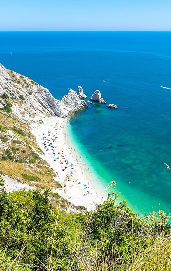 Menschen an einem Strand in Italien