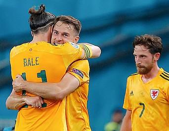 Wales Spieler Ramsey und Bale umarmen sich nach dem Eröffnungstor.