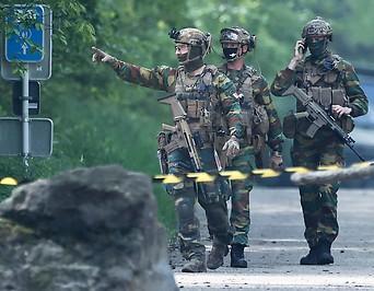 Belgische Soldaten bei der Suchaktion nach einem terrorverdächtigen Soldaten