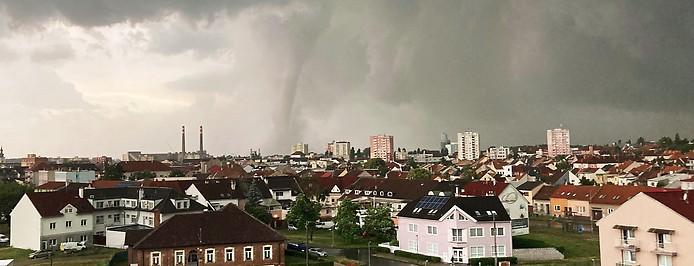 Ein Tornado zieht über die Stadt Hodonin in Tschechien