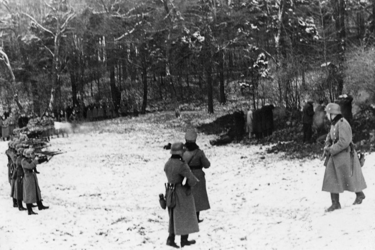 Żołnierze Wehrmachtu strzelają do Polaków w Bochni