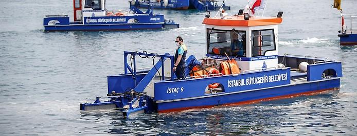 Experten entfernen den Schleim auf dem Marmarameer
