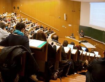 Studenten während einer Vorlesung am Juridicum