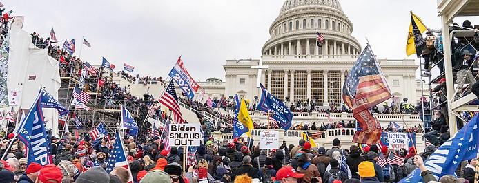 Bild zeigt Trump Anhänger beim Sturm auf das Kapitol am 6. Jänner 2021.