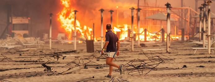Brennende Gebäude an einem Stand in Sizilien
