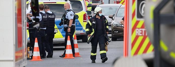 """Einsatzfahrzeuge stehen in der Nähe des """"Chempark"""""""