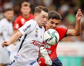 LASK Spieler Florian Flecker im Zweikampf mit Rapid Spieler Dejan Petrovic.