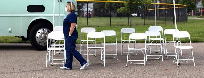 Menschen warten vor einer mobilen Impfstation in Detroit